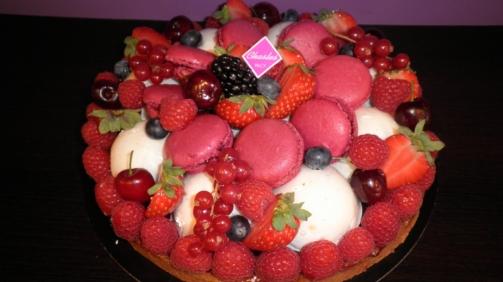 Gâteaux : Tarte Angelina par la pâtisserie Chasles avec des macarons en garniture